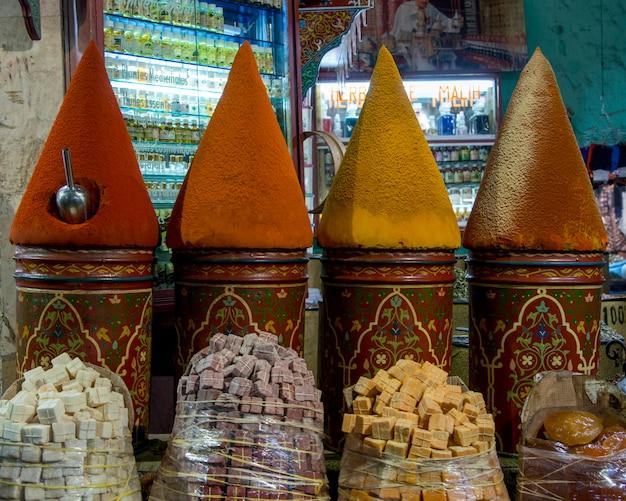 Специи на рынке, медина, марракеш, марокко Premium Фотографии