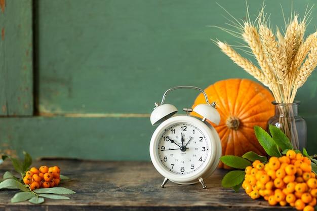 暗くて素朴な上に自家製の秋のペストリーを作るためのスパイス。コピースペース 無料写真