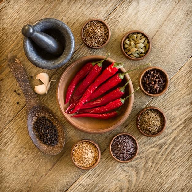 木製ボウルにスパイス、ニンニク、赤唐辛子 Premium写真