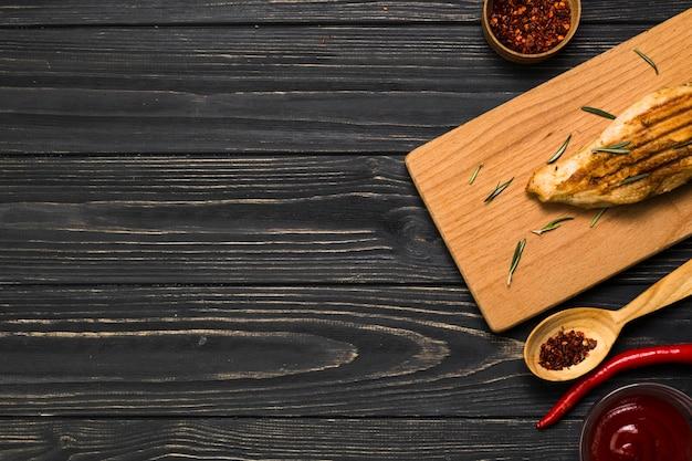Spezie e salsa vicino al pollo fritto Foto Gratuite