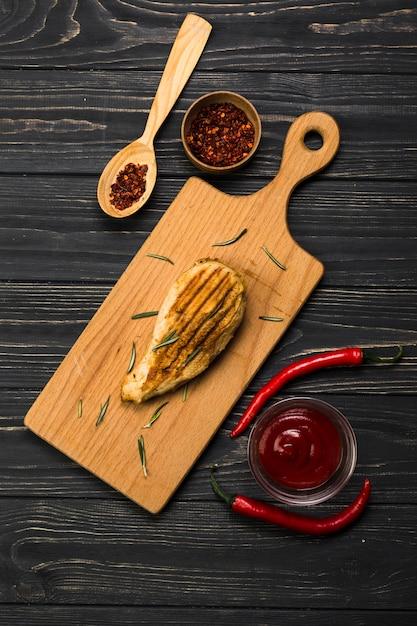 Spezie e salsa vicino al pollo arrosto Foto Gratuite