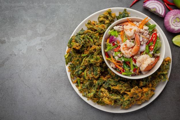 Острый хрустящий салат ипомеи с креветками, пряные свежие креветки, тайская кухня. Бесплатные Фотографии