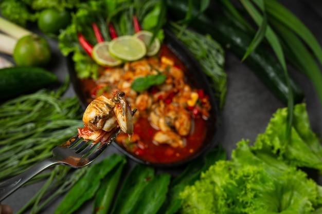 Insalata di ostriche fresca piccante e ingredienti alimentari tailandesi Foto Gratuite