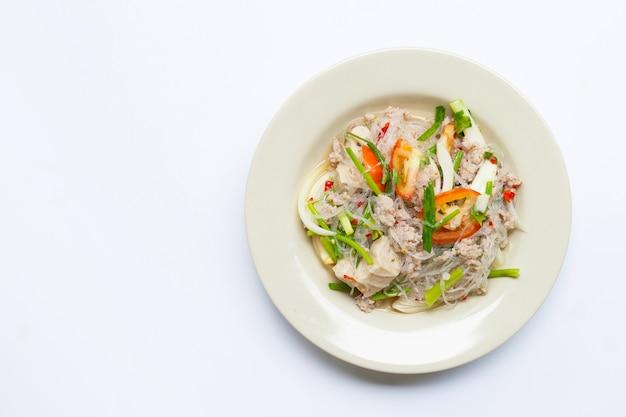 Острый салат из стеклянной лапши с изолированной свининой Premium Фотографии