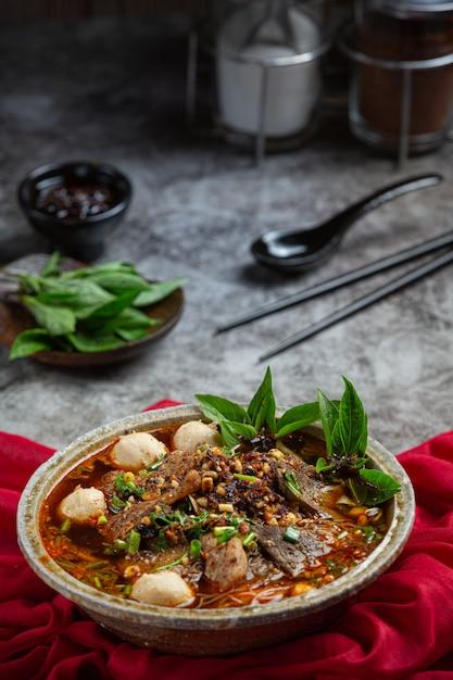 Пряная лапша быстрого приготовления в тайском стиле под названием tom yum. Бесплатные Фотографии
