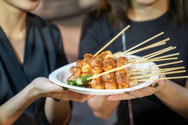 Spicy mala (китайские специи) барбекю из свинины по-тайски, foodtruck, бангкок, таиланд. Premium Фотографии