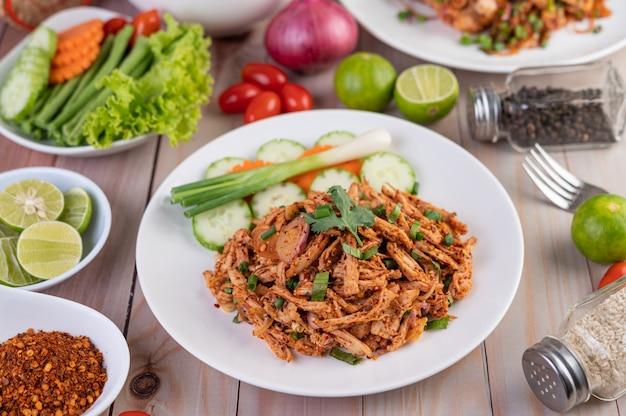Острый фарш из курицы на белой тарелке с огурцом, салатом и гарнирами. Бесплатные Фотографии
