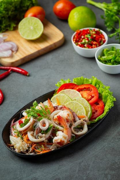 Пряный салат из морепродуктов с тайскими ингредиентами. Бесплатные Фотографии