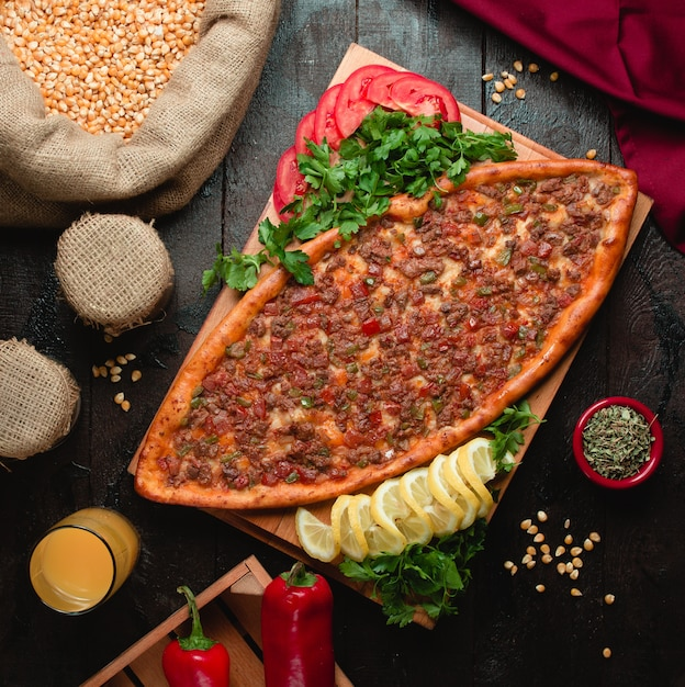 Spicy pide with meat and red pepper Free Photo