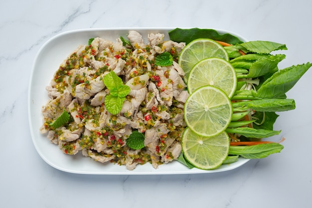 スパイシーポークサラダ新鮮なクリスピーケールの茎タイ料理を添えて。 無料写真