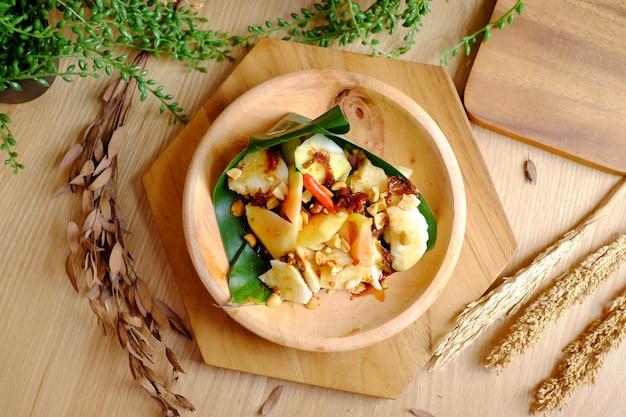 Spicy salad mango chilli Premium Photo