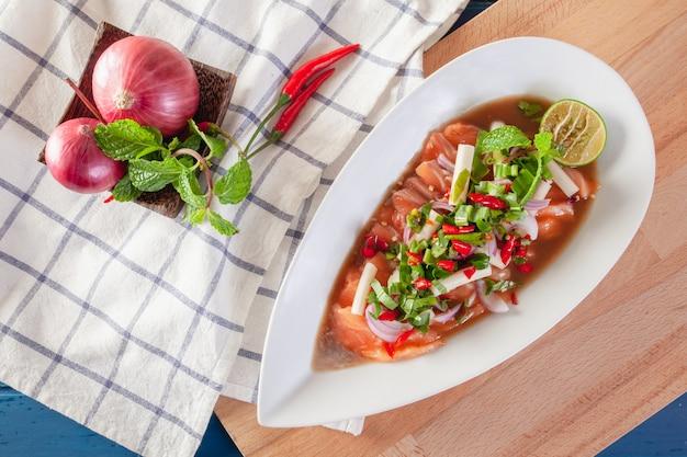 タイの野菜と新鮮なサーモンのスパイシーサラダ Premium写真