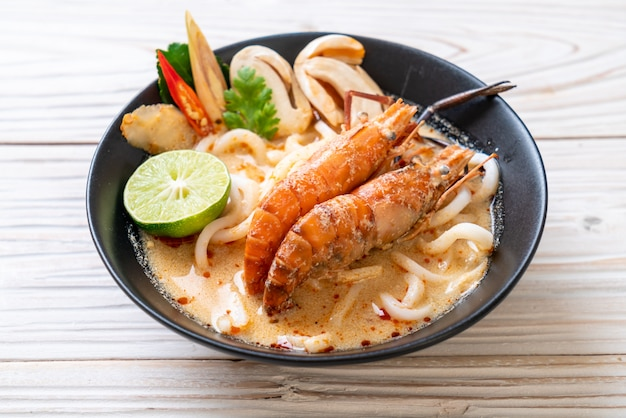 Spicy shrimps udon ramen noodle (tom yum goong) Premium Photo