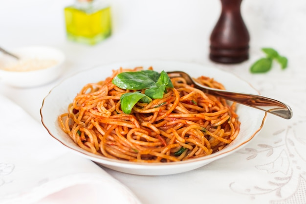 Spicy spaghetti with basil and tomato sauce Free Photo