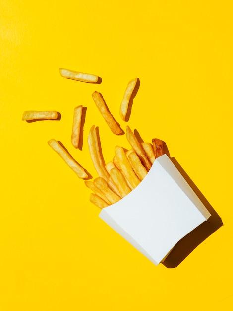 Пролитая белая коробка с картофелем фри Premium Фотографии