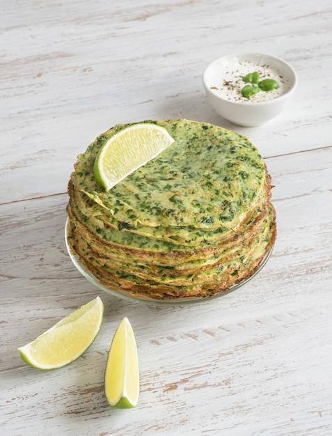 ほうれん草アダイ-インドの緑のパンケーキ。ラマダン料理。 Premium写真