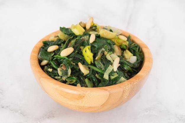 Spinach salad Premium Photo