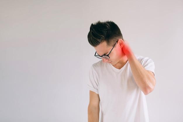 Остеопороз позвоночника. сколиоз. проблемы со спинным мозгом на шее мужчины. человек страдает от боли, изолированной на белом Premium Фотографии