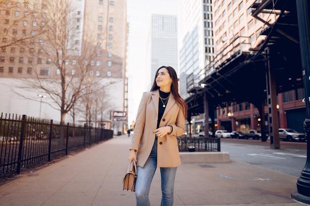 Sping街を歩いてファッションの女の子 無料写真