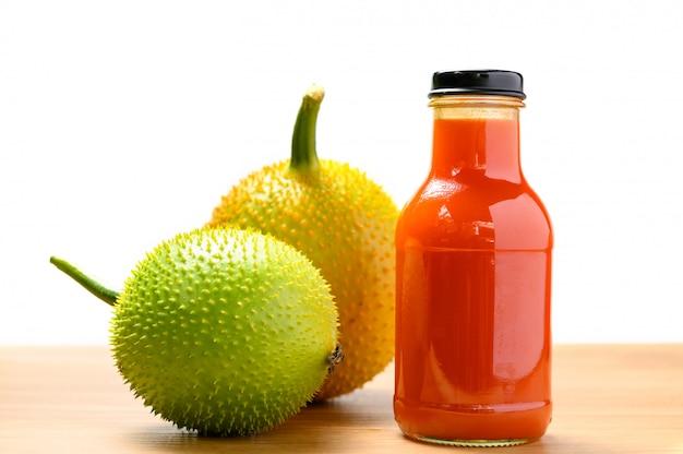 果物とボトルのとげのあるゴーヤジュース Premium写真