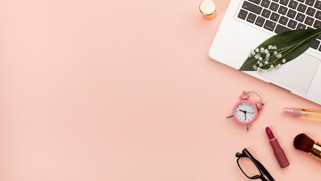 립스틱, 알람 시계, 복숭아 배경으로 노트북에 안경 나선 메모장 무료 사진