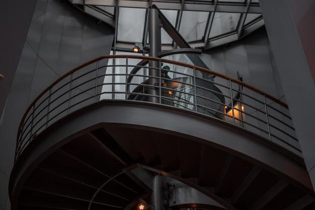 Винтовая лестница с металлическими перилами Бесплатные Фотографии
