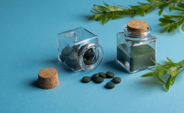 Spirulina algae powder and chlorella tablets Premium Photo
