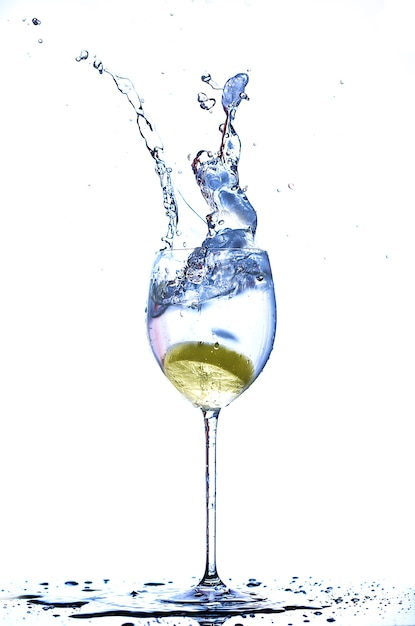 레몬과 함께 물 한잔에 스플래시 프리미엄 사진