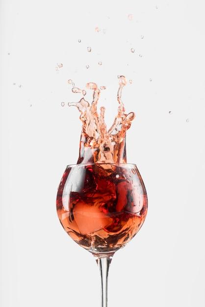グラスに赤ワインのスプラッシュ 無料写真