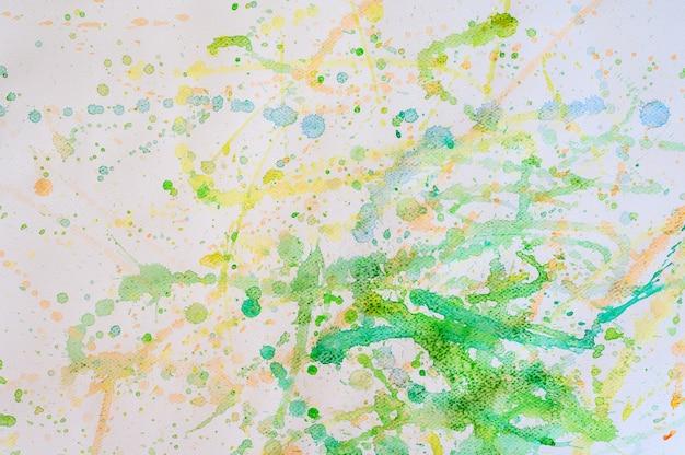 ホワイトペーパー、教育および芸術オブジェクト、トップビューでスプラッシュウォーターグリーン色。 Premium写真