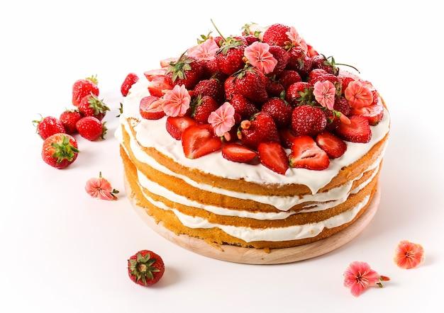Бисквитный торт с клубникой сверху Бесплатные Фотографии