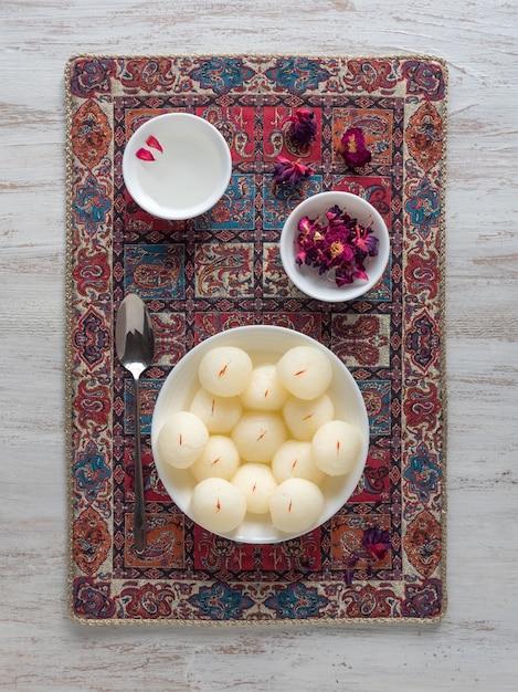 スポンジラスガラのお菓子、有名なインドの甘い食べ物 Premium写真