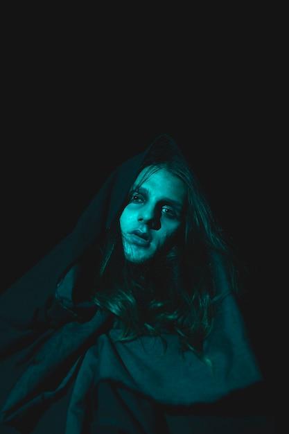 Spooky человек, глядя на камеру в темноте Бесплатные Фотографии
