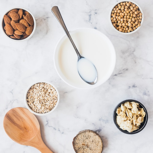 Spoon on bowl with milk on table Free Photo