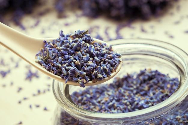 Spoon of dry lavenders Premium Photo