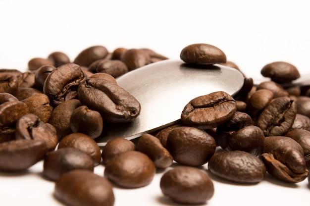 Spoon with coffee beans Premium Photo