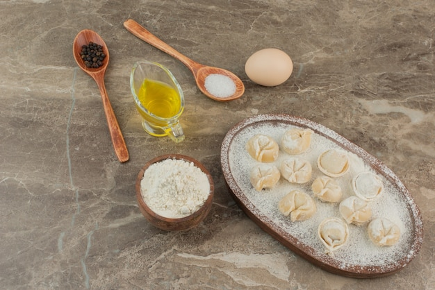 塩、コショウ、油、卵、小麦粉、餃子のスプーン。 無料写真