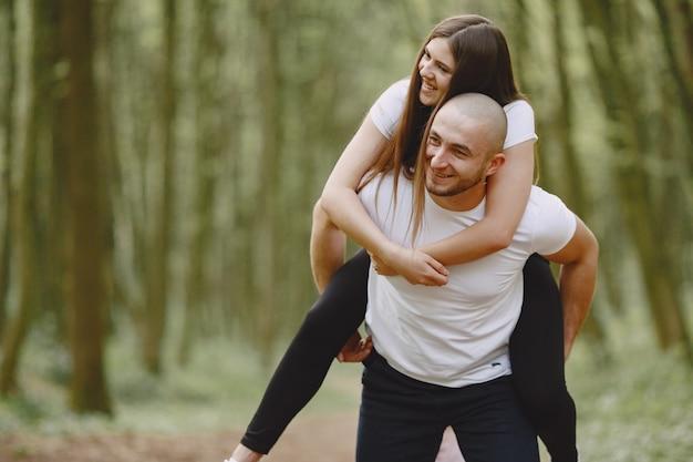 Спортивная пара проводит время в летнем лесу Бесплатные Фотографии