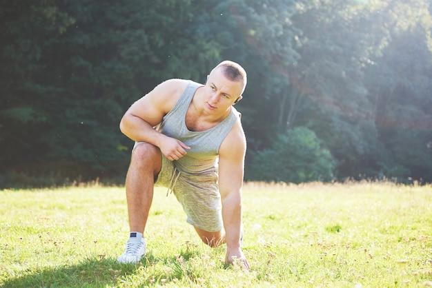 Sport, esercizio fisico, fitness, allenamento. uno stile di vita sano. alba la mattina presto in controluce. Foto Gratuite