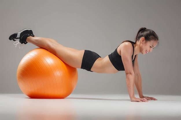 アブスの演習を行うスポーツ少女 無料写真