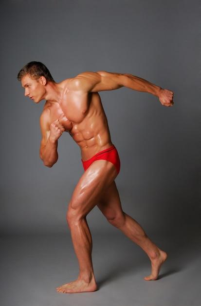 Corpo di sport e salute del giovane. isolato su bianco. Foto Gratuite