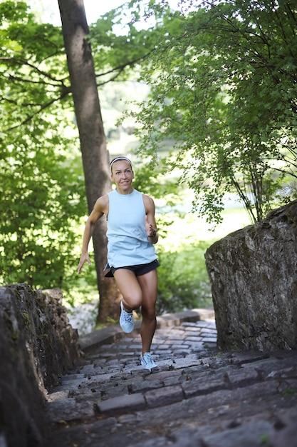 スポーツoudoor、女の子のジョギング 無料写真