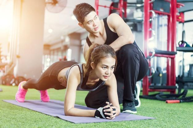 板運動トレーニングを行うスポーツ女性。 Premium写真