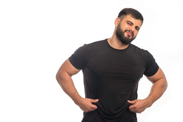 L'uomo sportivo in camicia nera ha un peso eccessivo. Foto Gratuite