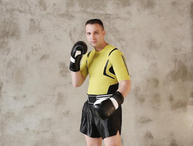 Спортивный мужчина показывает приемы бокса Бесплатные Фотографии