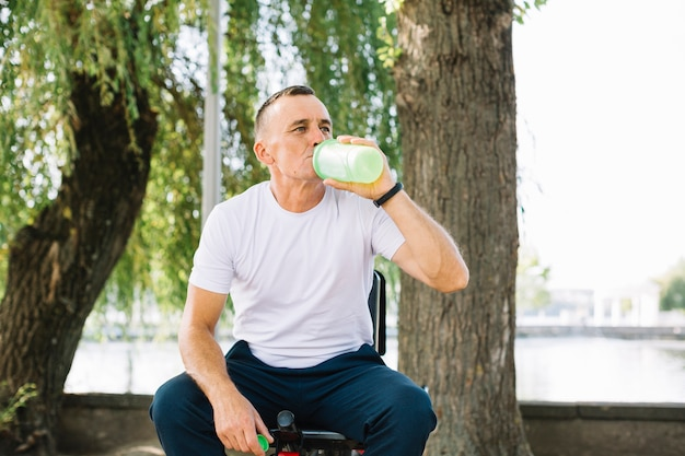 Sportive senior hydrating after workout Free Photo