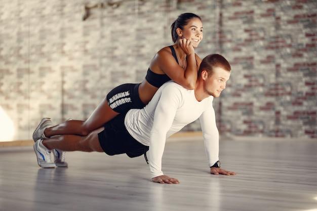 ジムでスポーツウェアトレーニングのスポーツカップル 無料写真