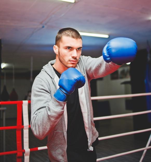 リングでスポーツ男ボクサーボクシング Premium写真