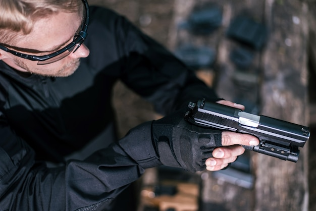 Sports shooting instructor check your weapons close-up Premium Photo