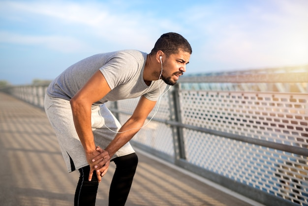 マラソン中に下半身が痛み出した男性